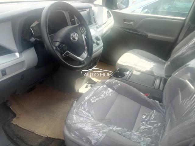 2016 Toyota Sienna Black