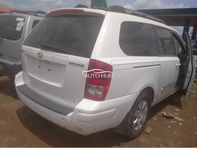 2008 Hyundai Entourage White